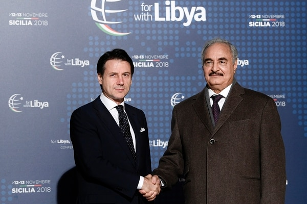 El primer ministro italiano Giuseppe Conte con el mariscal Jalifa Haftar (Filippo MONTEFORTE / AFP)