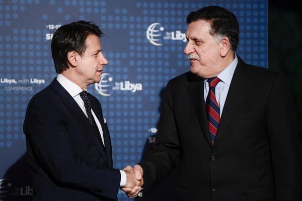 Giuseppe Conte y el jefe del Gobierno de Unión Nacional (GNA) y reconocido internacionalmente, Fayez al Saraj (Filippo MONTEFORTE / AFP)