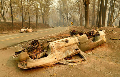 Vehículos quemados en un camino cerca del Campamento en Paradise, California. Foto: AFP