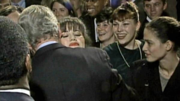 Lewinsky saluda al Presidente como una más entre sus admiradores
