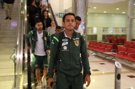 Jhasmany Campos encabeza un grupo de seleccionados a su arribo a Dubái. Foto: Prensa FBF