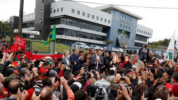 Simpatizantes de Lula en un acto de Haddad antes de las elecciones (Reuters)