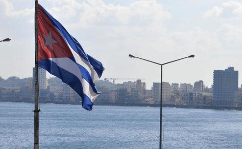La bandera cubana con La Habana de fondo. Foto: Archivo-La Razón