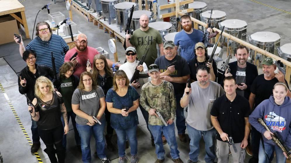 Foto: La empresa BenShotman, fabricante de productos de vidrio, ha regalado armas a todos sus empleados