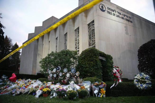 Ofrenda floral dos días después de un tiroteo masivo, en Pittsburgh. (EFE)