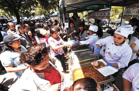 Evento. La campaña solidaria de AVCCI vendió el sábado 10 unos 5.000 platos de ají de fideo.