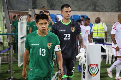 Wayar (izq.) y el golero Vizcarra encabezan el pelotón boliviano rumbop al campo de juego. Foto: FBF Prensa