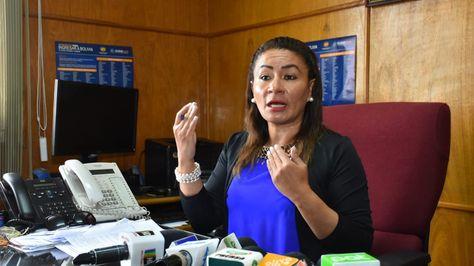La directora de Migración, Janeth Cenzano, informa que fueron encontrados 6 ciudadanos chinos indocumentados que eran llevados a la Argentina. Foto: Daniel Miranda - APG