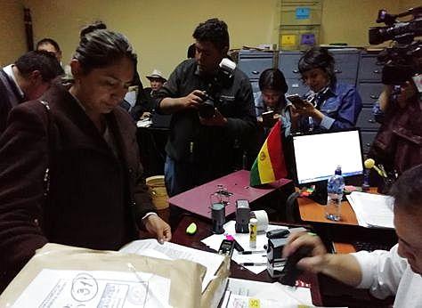Una postulante al momento de inscribir su nombre ante la Comisión Mixta de Constitución del Legislativo.