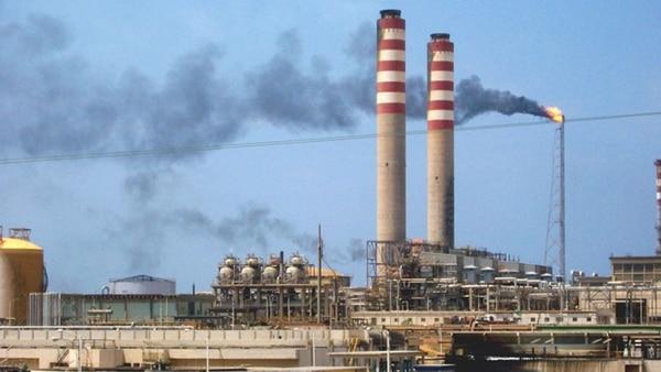 El bombeo pasó de 3,2 millones de barriles diarios a 1,7 millones en octubre pasado, según cifras oficiales y de la OPEP
