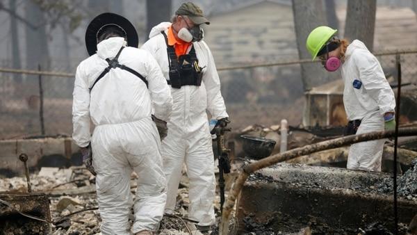 Expertos buscan restos entre los cenizas. (Reuters)