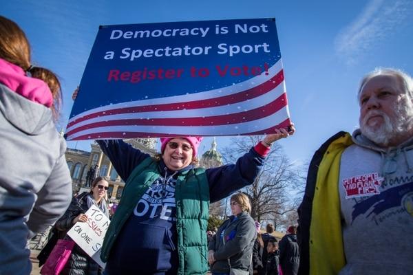 """Luego de la asunción de Donald Trump, una ola de mujeres quiso participar en política. """"La democracia no es un deporte para espectadores. ¡Regístrate para votar!"""". (Wikicommons)"""
