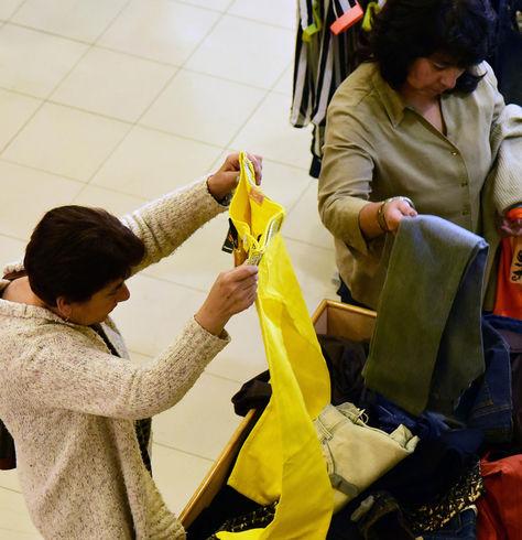 Personas realizando sus compras durante el Black Friday del 2017.