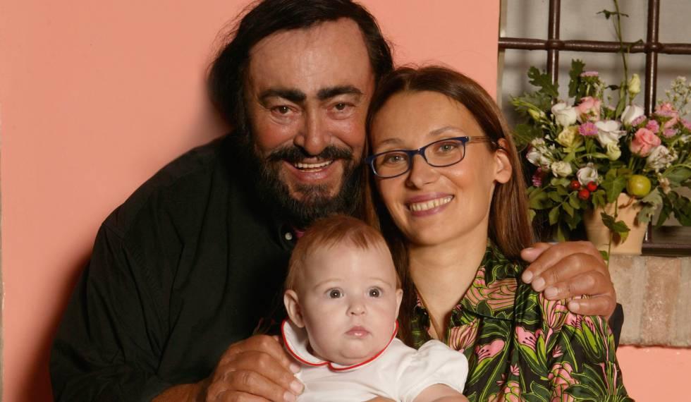 Luciano Pavarotti, junto a su esposa Nicoletta Mantovani y a su hija Alice, en 2003.