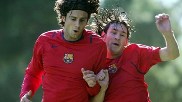 Thiago Motta y Lionel Messi disputando la pelota en una práctica del Barcelona