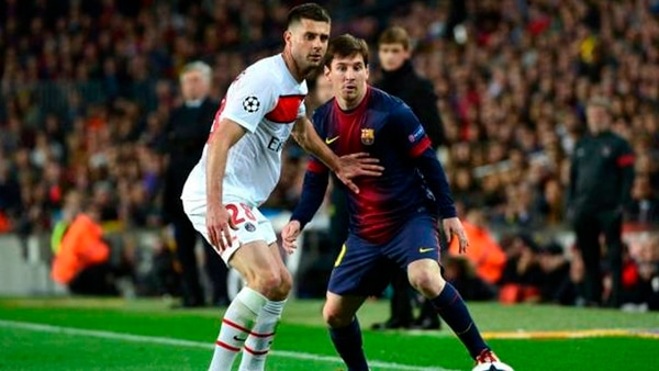 Thiago Motta marcando a Lionel Messi en un choque entre PSG y Barcelona (Reuters)