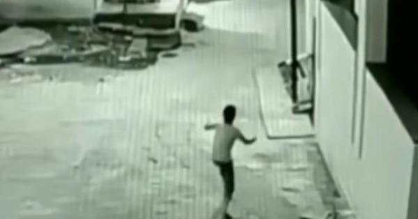 Los niños estaban jugando con un cometa que se quedó atascado en un edificio (Foto: YouTube)