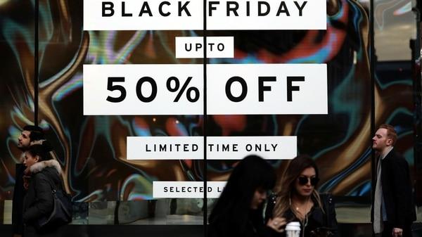 Las opciones de las tiendas en día de Black Friday suelen extenderse más allá del espacio físico de la tienda y se obtienen también por Internet (Reuters)