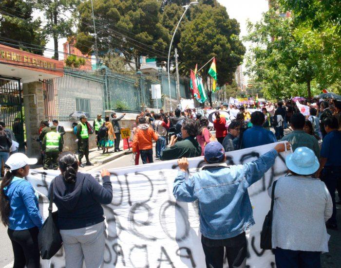 PROTESTA DE OPOSITORES FRENTE AL EDIFICIO DEL TRIBUNAL SUPREMO ELECTORAL. FUE AYER.