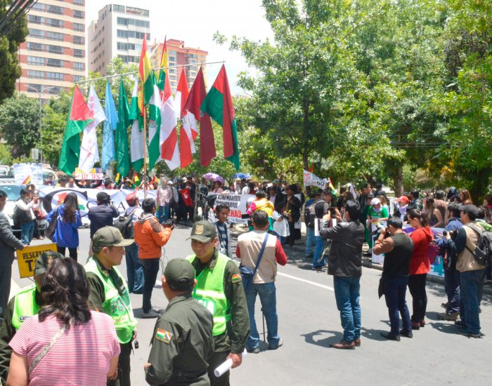 PLATAFORMAS Y CONADE REALIZARON AYER UNA PROTESTA FRENTE AL TSE.