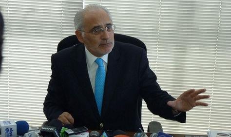 El exmandatario y candidato del FRI a la Presidencia, Carlos Mesa, durante una rueda de prensa.