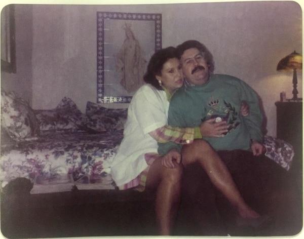 Victoria Eugenia Henao con Pablo Emilio Escobar Gaviria, en una de las últimas fotografías que pudieron tomarse (Victoria Eugenia Henao – Editorial Planeta)
