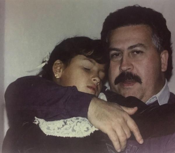 Pablo Escobar Gaviria con su hija Manuela (Victoria Eugenia Henao – Editorial Planeta)