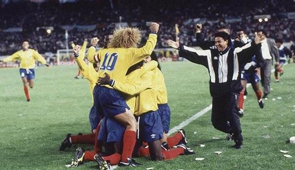 Carlos Valderrama, capitán y símbolo de la Selección Colombia festeja en Buenos Aires la goleada frente al combinado argentino por 5 a 0. Fue la última alegría en la vida de Pablo Escobar (AP)