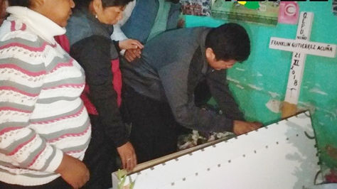 El dirigente Franclin Gutiérrez asiste al velorio de su hijo en Chulumani. Foto: FM Bolivia