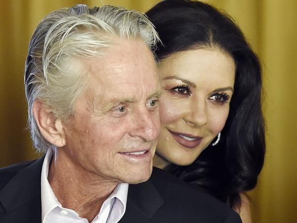 Michael Douglas y Catherine Zeta Jones celebraron 18 años de casados (AP)