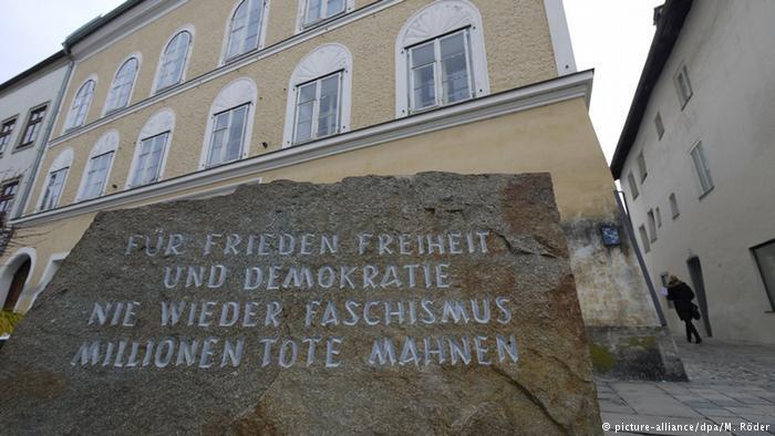 Por la paz, la libertad y la democracia. Nunca más fachismo. Millones de muertos lo advierten. Roca frente a la casa natal de Hitler, en Braunau, Austria.