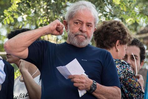 Fotografía de archivo fechada el 7 de abril de 2018, que muestra al expresidente brasileño Luiz Inácio Lula da Silva a su llegada para un servicio religioso antes de ingresar a prisión, en Sao Bernardo do Campo (Brasil). Foto: AFP