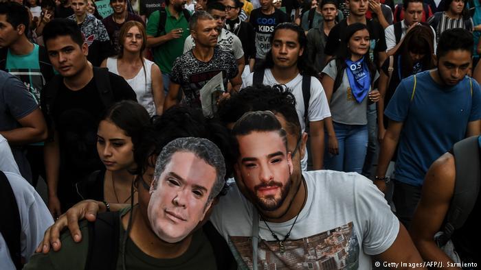 Kolumbien Medellin Protest von Studenten | Masken von Ivan Duque, Präsident & Musiker Maluma (Getty Images/AFP/J. Sarmiento)