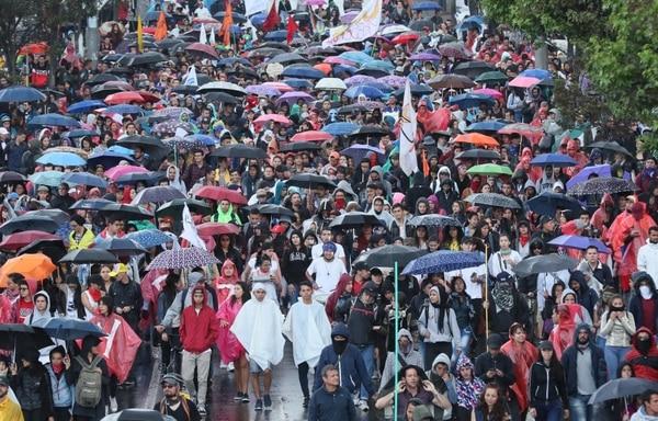 Miles de estudiantes, a los que se unieron campesinos, sindicalistas e indígenas, comenzaron una nueva jornada de protestas en el país con un ambiente festivo. (EFE/Mauricio Dueñas Castañeda)