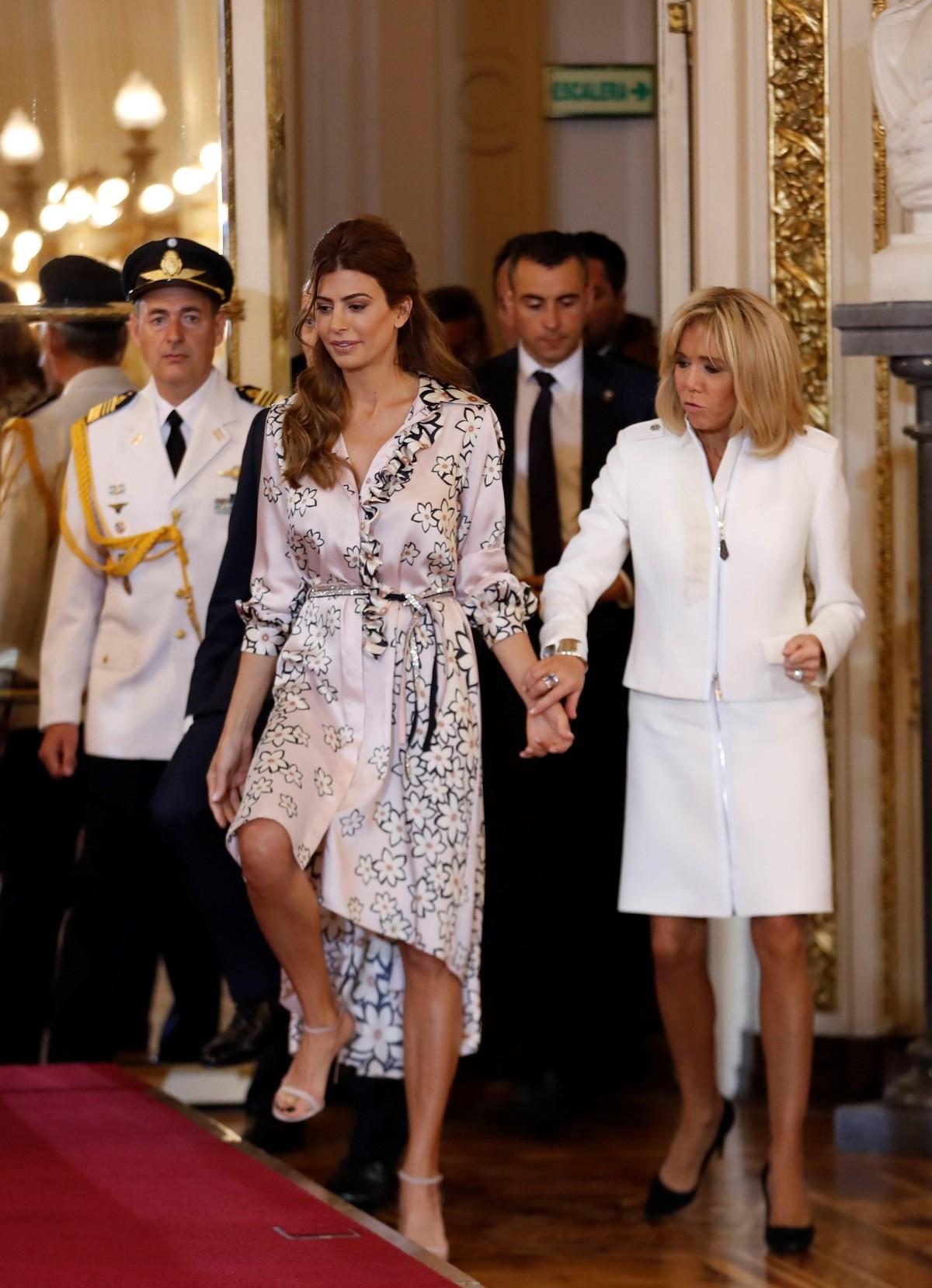 Juliana Awada, con un vestido tipo portafolio floreado y Brigitte Macron, con un traje blanco, en la primera reunión de la cumbre del G20 (EFE/Juan Ignacio Roncoroni).