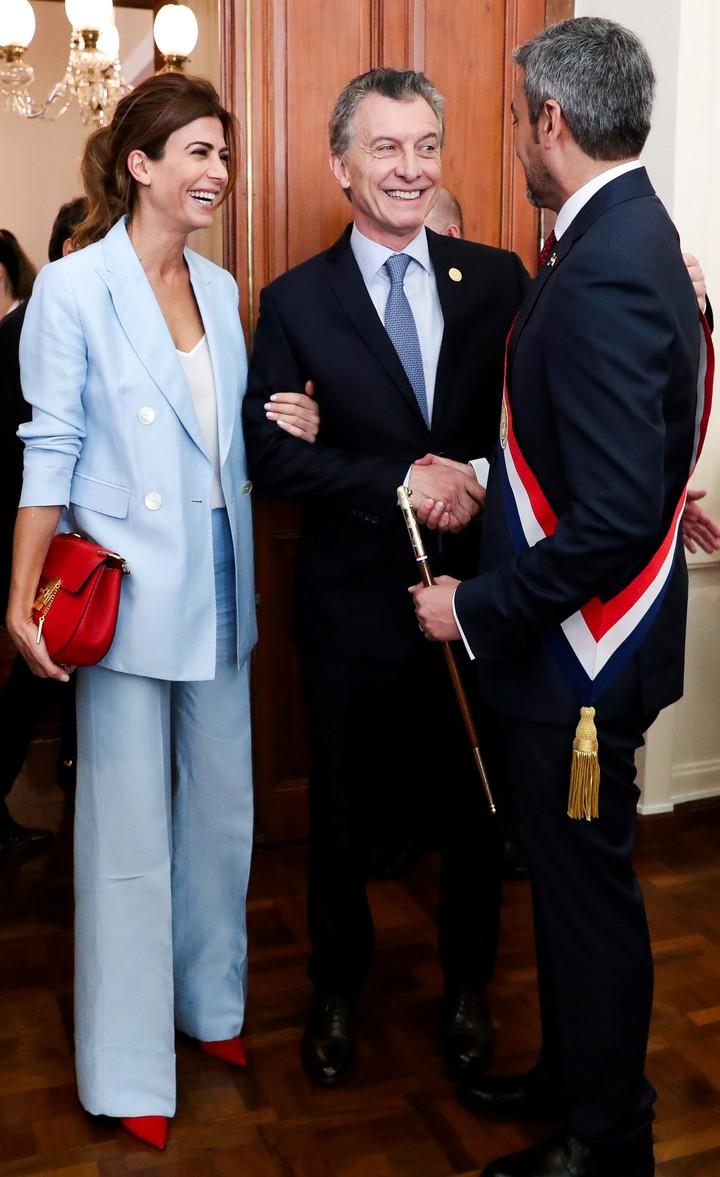 Traje celeste y clutch rojo, una combiación única y más que acertada (AFP).