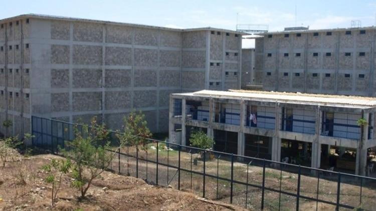 La cárcel La Tramacúa está bordeada por una pared de 50 metros de alto y 5 de ancho, enmallada
