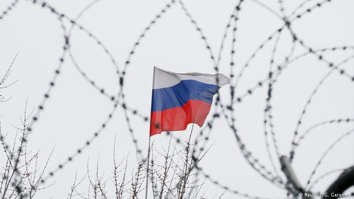 Russische Flagge hinter Stacheldraht (Reuters/G. Garanich)