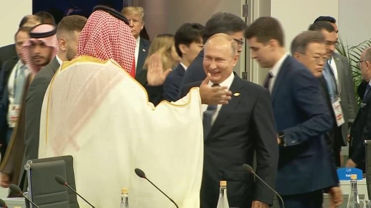 Mohamed bin Salman y Vladimir Putin sonríen y chocan sus manos en un particular saludo que hizo hablar al mundo