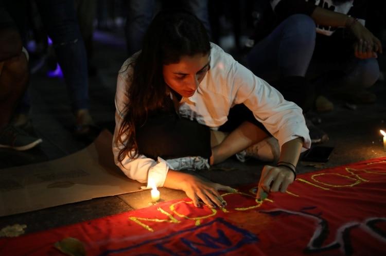 Una joven durante la vigilia del martes en Caracas.(REUTERS/Andres Martinez Casares)