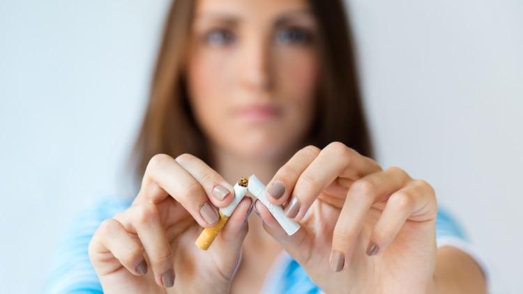 La exposición crónica al humo de cigarrillo con el tiempo puede cambiar las células de los pulmones (Getty Images)