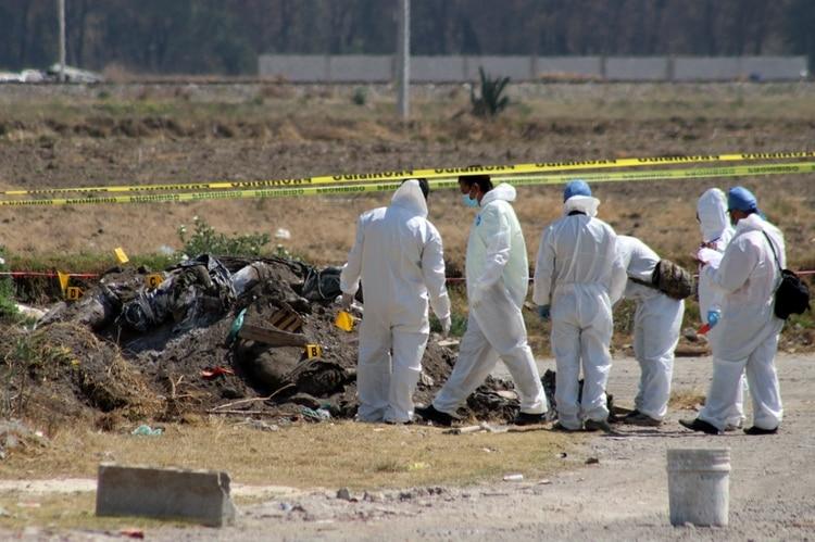 Peritos trabajando en la escena del crimen; supuestamente un camión llevó los cuerpos (Foto: Cuartoscuro)