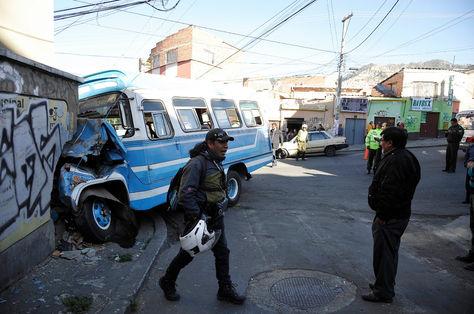 El microbús que se estrelló contra el inmueble, en la zona Villa San Antonio.