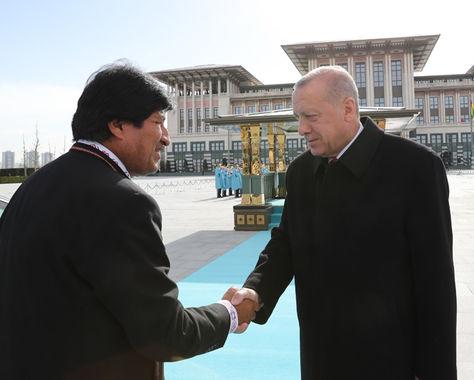 El presidente Morales saluda a su homólogo de Turquía, Erdoğan.