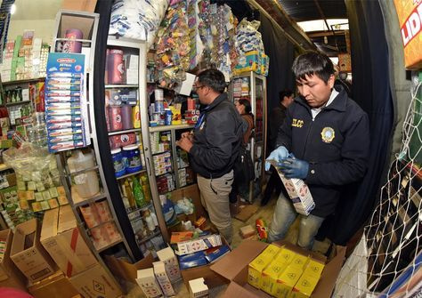 Operativo para detectar medicamentos falsos o adulterados en la calle comercial Tablada de La Paz.