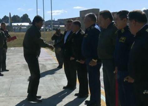 El presidente Evo Morales saluda al Alto Mando Militar en el hangar de El Alto.