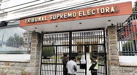 La Paz. Policías resguardan el edificio del Tribunal Supremo Electoral (TSE).