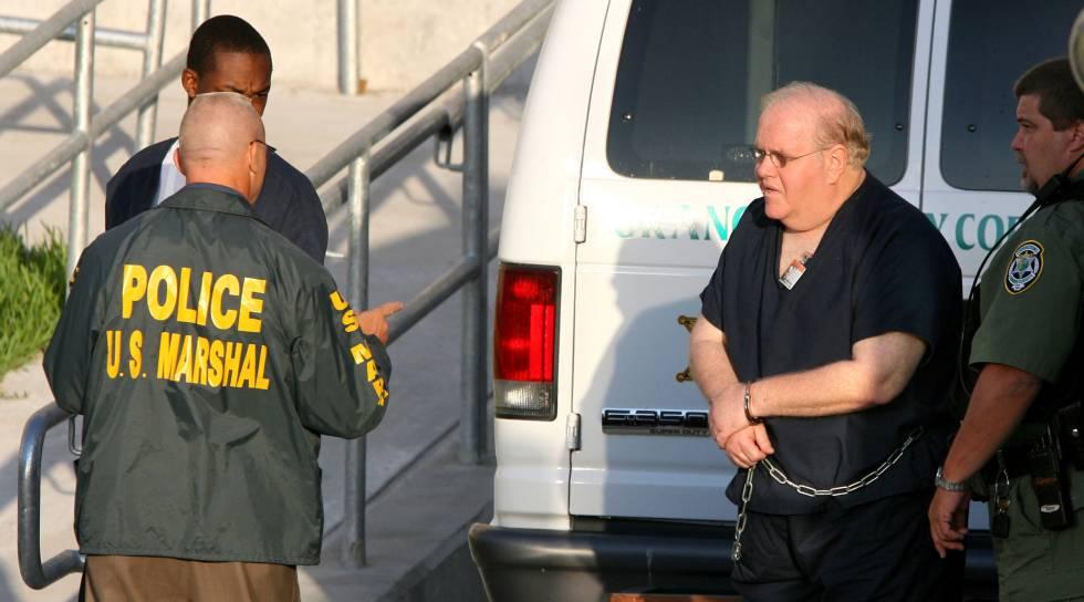 Lou Pearlman, durante su traslado a un juzgado de Orlando, Florida, en julio de 2007.