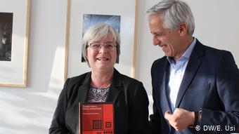 Álvaro García Linera obsequió a Barbara Göbel el libro que escribió estando en la cárcel.