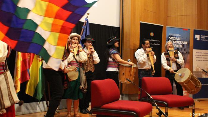 Un grupo de música popular boliviana dio la bienvenida al vicepresidente y acalló las protestas con decíbeles más altos.
